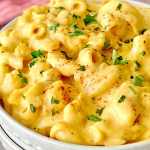 close up of vegan mac and cheese with parsley garnish